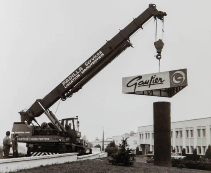 Pose du premier logo Gautier